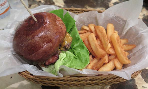 202, la hamburguesa de la casa en 202 Hamburgers & Delicious