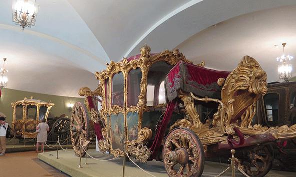 Uno de los impresionantes carruajes expuestos en la Armería