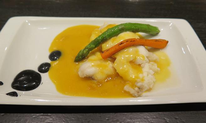 Milhoja de Rape y Salmón con su original salsa de mandarina, textura y sabor de 10.