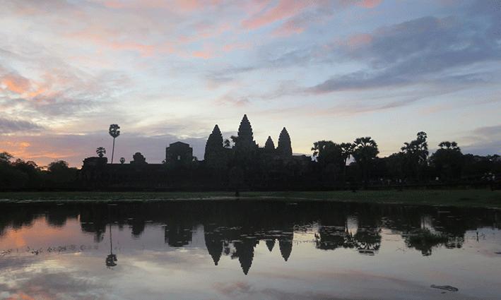 La estampa típica y soñada: El amanecer frente a Angkor Wat