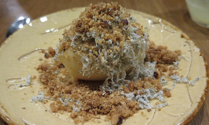 Helado de chocolate blanco y fruta de la pasión con tierra de galleta y gorgonzola, uno de los postres que disfrutamos en DUO Gastrobar