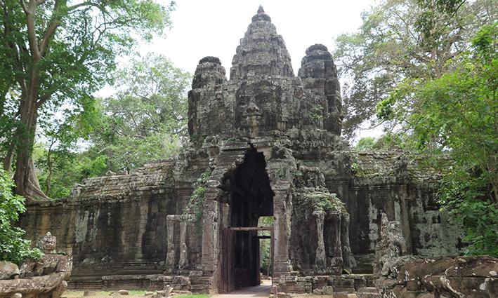 No hay mejor forma de entrar a Angkor Thom que atravesando la Puerta de la Victoria