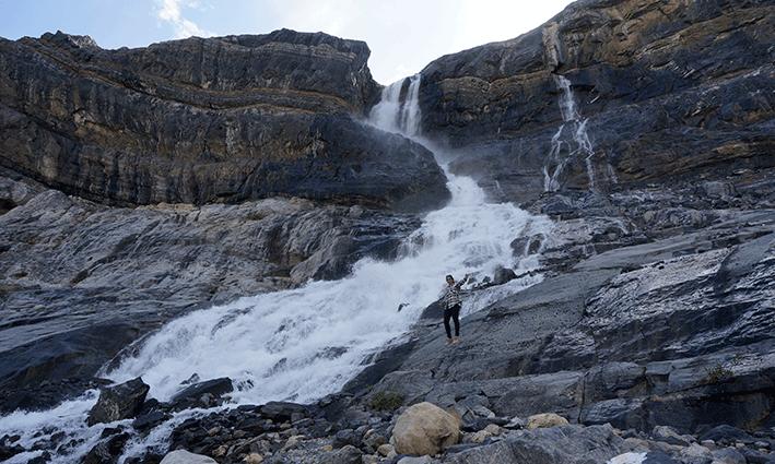 Bow Falls. Ir en verano implica ver las cascadas fluir en todo su esplendor
